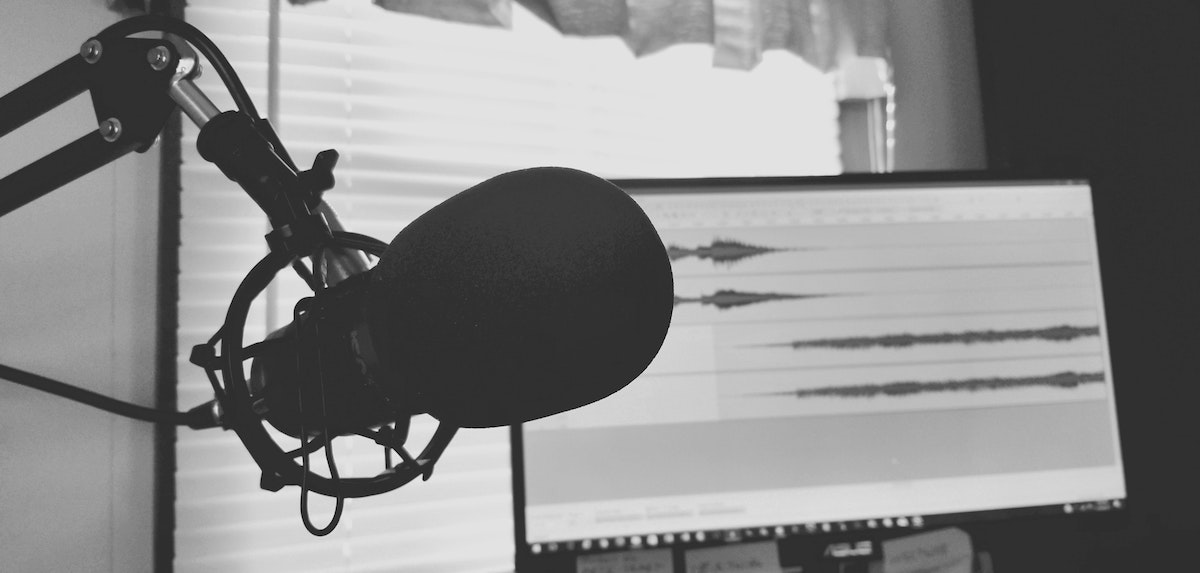 Podcast intros that attract listeners: microphone and computer screen