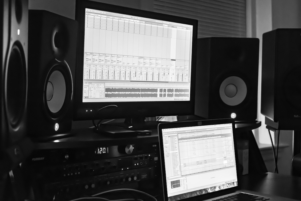 Choosing the best voice actor: image of a home studio setup.