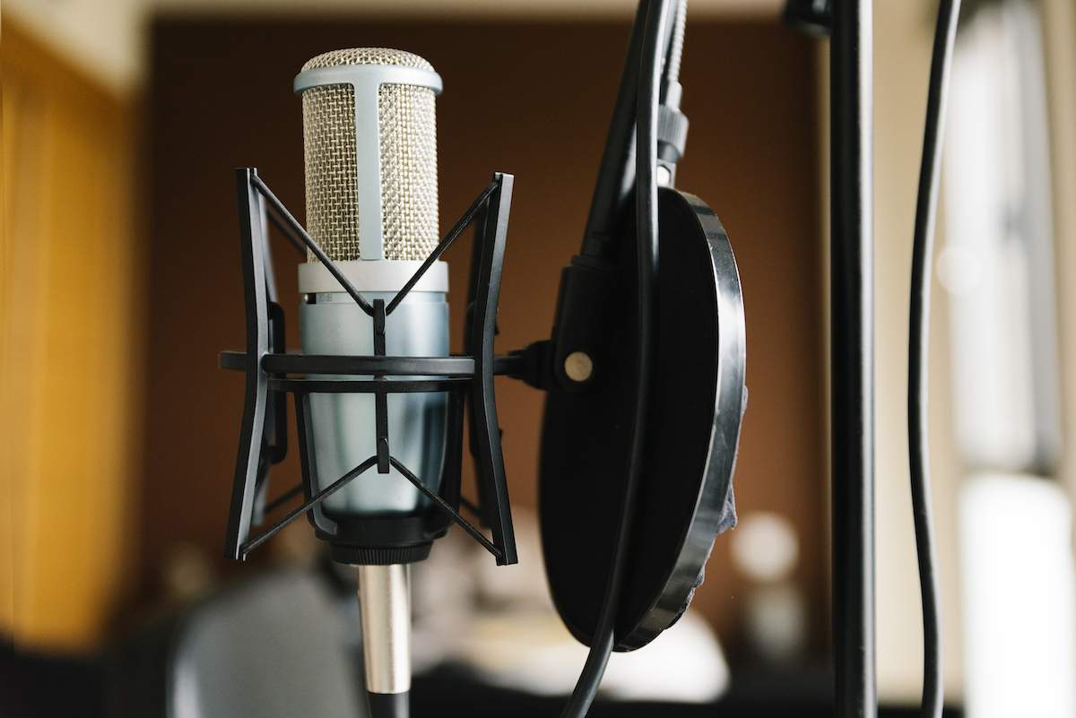 5 must-haves for a voice actor's recording environment: image of a studio microphone and pop filter
