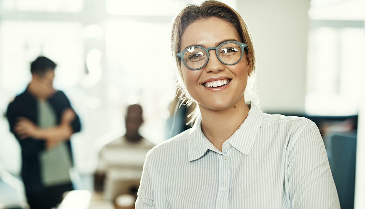 Make your business stand out: image of a smiling woman a her desk